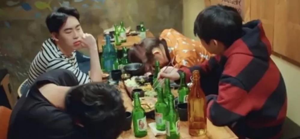 """聚会至少喝八瓶的酒友间流行的""""烧酒瓶发箍"""""""