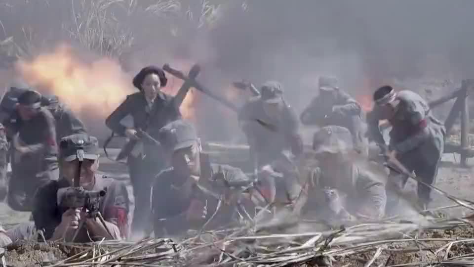 激战:战士们决一死战,为炸掉鬼子碉堡,用血肉之躯堵住鬼子枪口