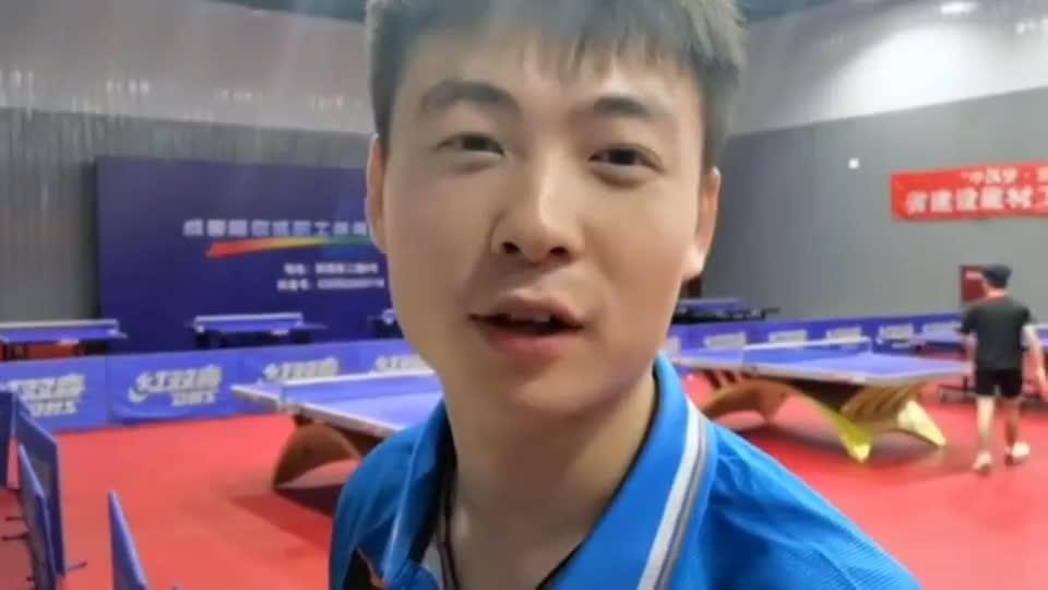 省队主力假装路人到乒乓球馆,带着光板被两个小哥嫌弃