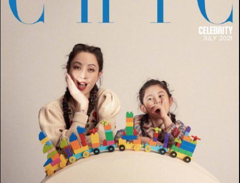 郑希怡与女儿拍童话风大片,母女同款麻花辫超可爱!