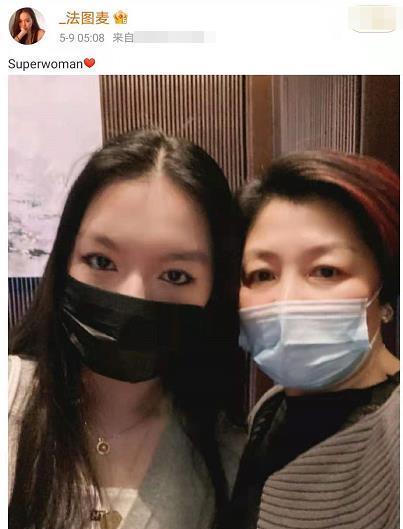 李咏女儿法图麦近照,皮肤白皙超浓眼线吸睛,与妈妈亲密贴脸合影