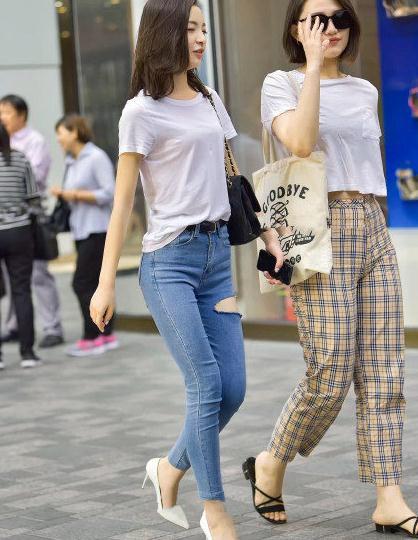 唯美清新时尚街拍,纯白T恤搭配蓝色破洞紧身牛仔裤