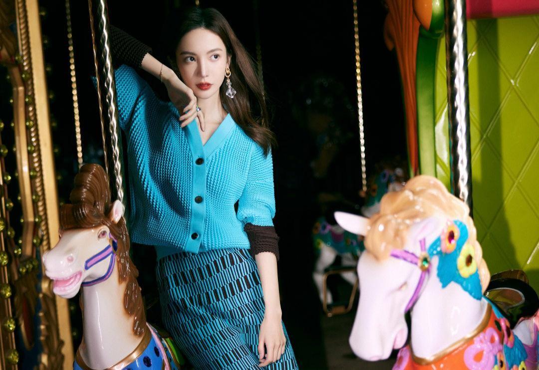 金晨色彩搭配真到位,蓝色毛衣配格纹半身裙,显白显瘦还时尚减龄