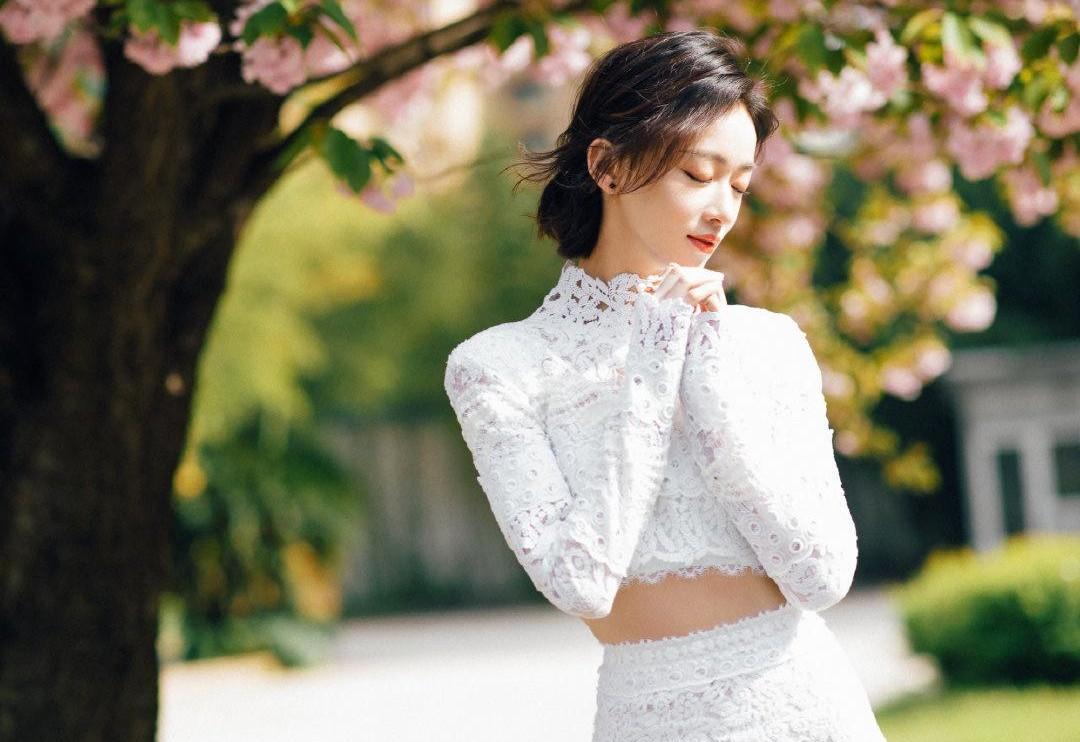 吴谨言甜美小女人式搭配太迷人,穿蕾丝短上衣配短裙,知性又大气
