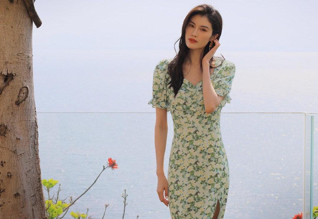 何穗穿法式碎花长裙秀身材,优雅气质清新减龄,满满的国际范儿