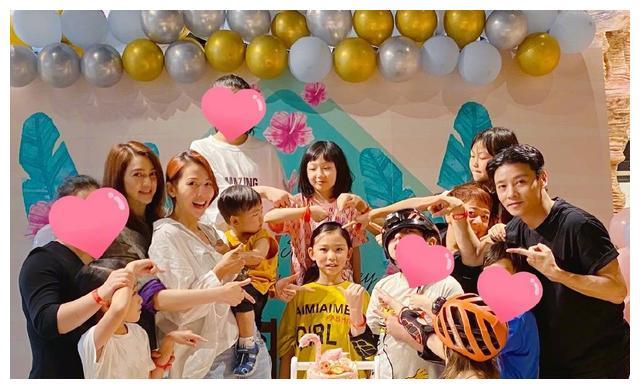 蔡少芬张晋与亲友为大女儿庆生,一家五口同框,温馨幸福