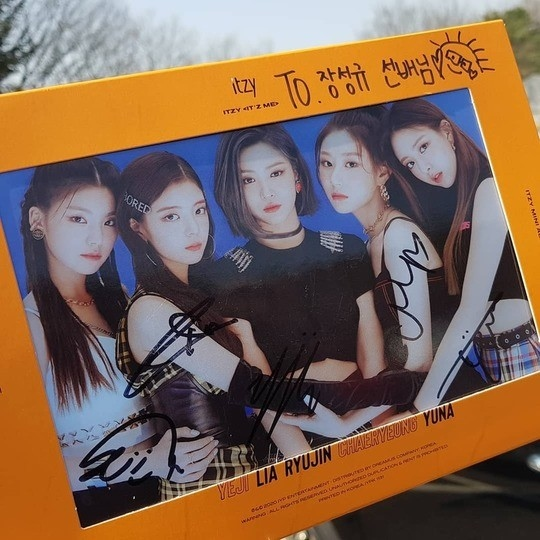 张圣圭公开ITZY签名CD表示:ITZY果然不同