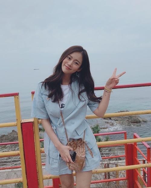 韩胜妍夏天清爽搭配亮相 想要这样的女朋友