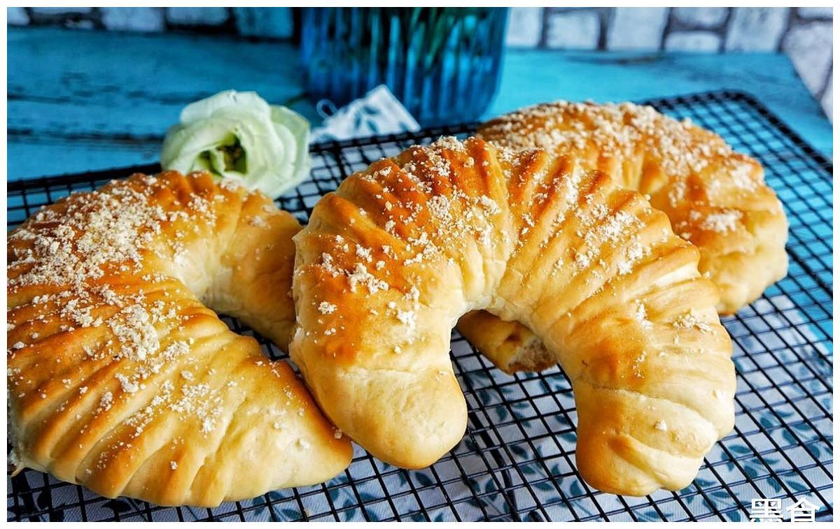 2根香蕉2碗面,做焦糖香蕉面包,酥酥的咬上一口,很满足
