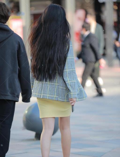 灰色格子西装搭配鹅黄色连衣裙,小姐姐笑容可爱,青春靓丽