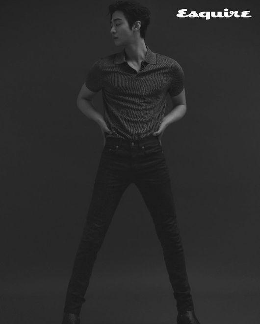 安孝燮在写真中展现出锻炼过的身材……性感的眼神