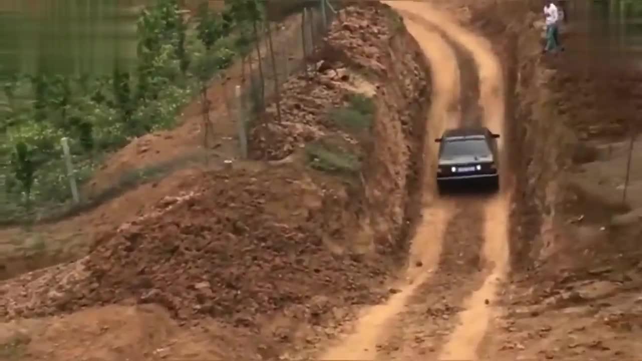 视频:桑塔纳吊打所有越野车,倒着都上来了!