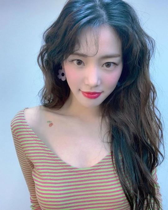 李侑菲性感的脖子纹身 公开充满魅力的自拍