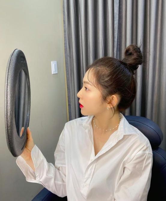 Irene裴珠泫丸子头惊艳之美让人迷住了