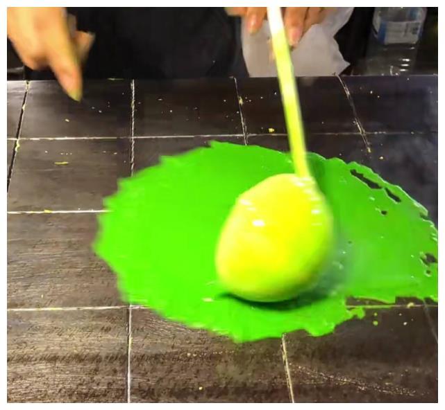 曼谷街头的奇特小吃,面浆绿的还发亮,做出来的却和蛋卷一样