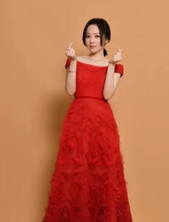 35岁张靓颖真是优雅!红裙拖地衬出动人气质,开心比耶甜美笑容