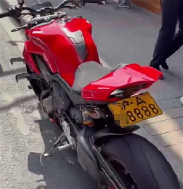 一批摩托车现街头,杜卡迪居多,车牌全是沪A四连号,牌比车拉风