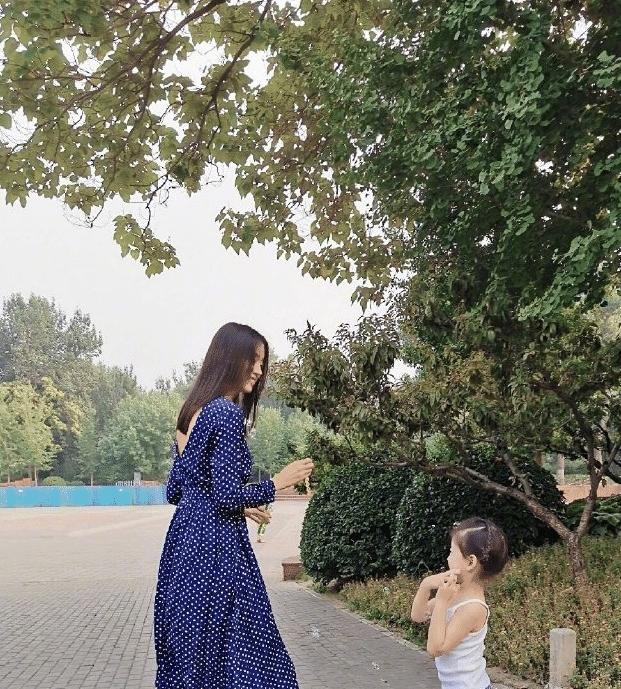 """35岁张梓琳身高182,抱娃出镜高调秀""""腿"""",四套亲子装超有爱!"""