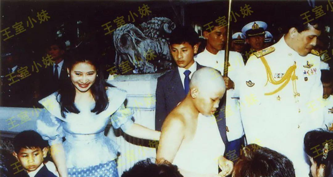 泰王对余瓦达母子厌烦,合影时始终苦着脸,早已在谋计策陷害妻儿
