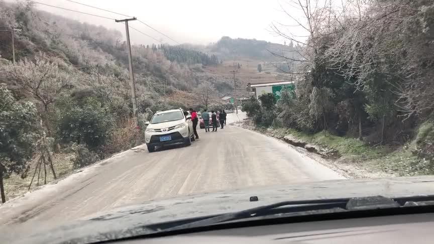 视频:丰田四驱RAV4太菜,遇到结冰山坡爬不上去