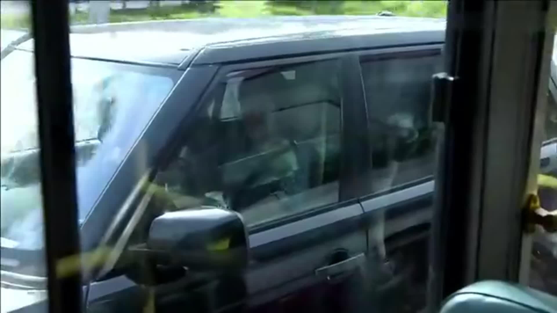 远得要命的爱情:灰姑娘坐公交发现小偷,总裁突然出现,被打了