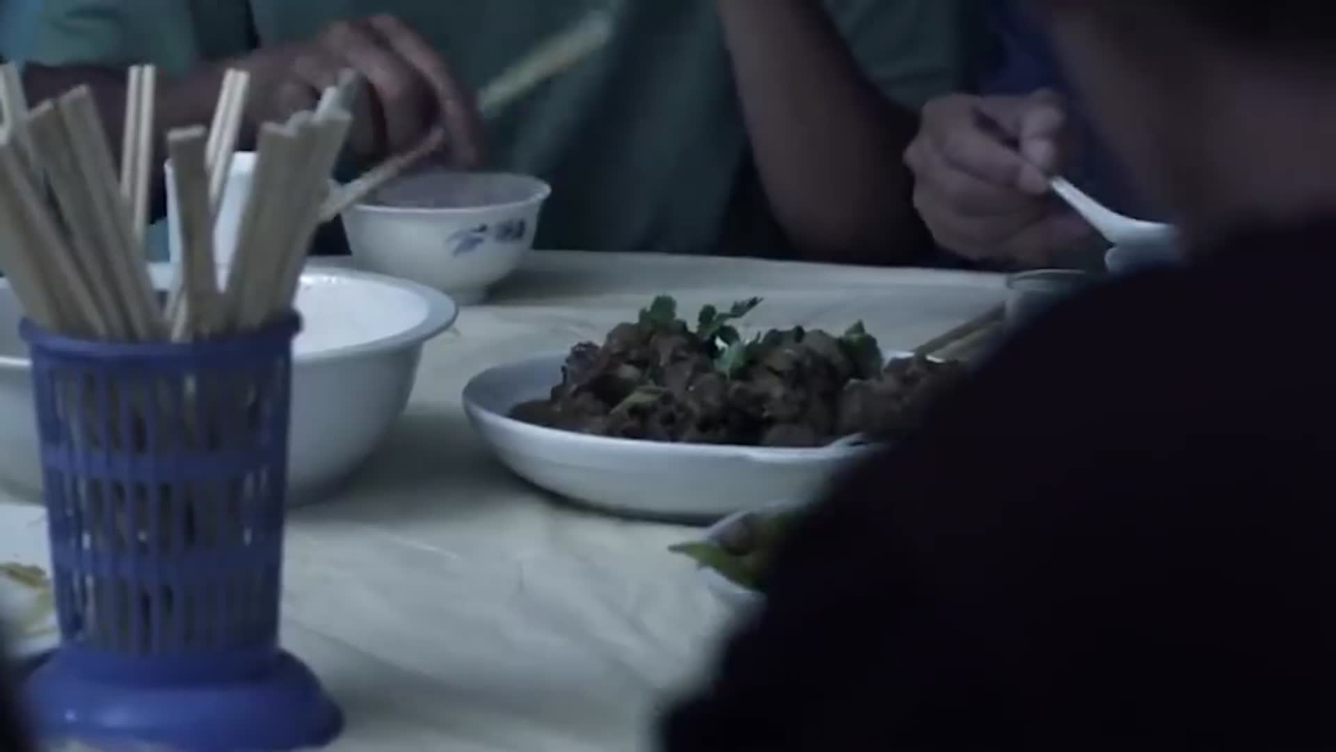 10个农民工下馆子,竟只点了2个菜,老板娘:跑老娘这占便宜