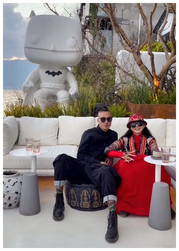 62岁杨丽萍被传与小鲜肉约会,态度模棱两可辟谣:是朋友!