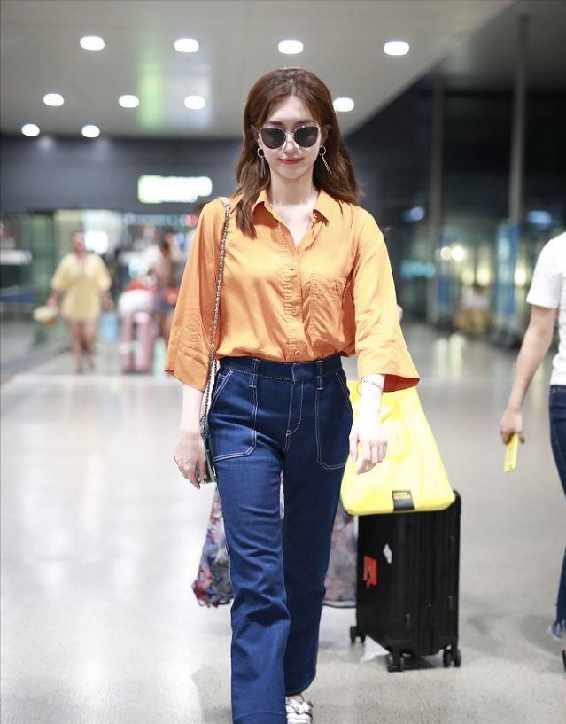 江疏影太会穿了,将橘色衬衫配牛仔裤清新减龄,轻熟女生学起来