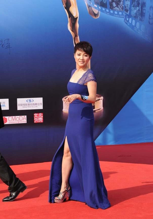 颜丙燕身材可真好,穿这么紧的裙子都没有赘肉,曲线十足气场强大