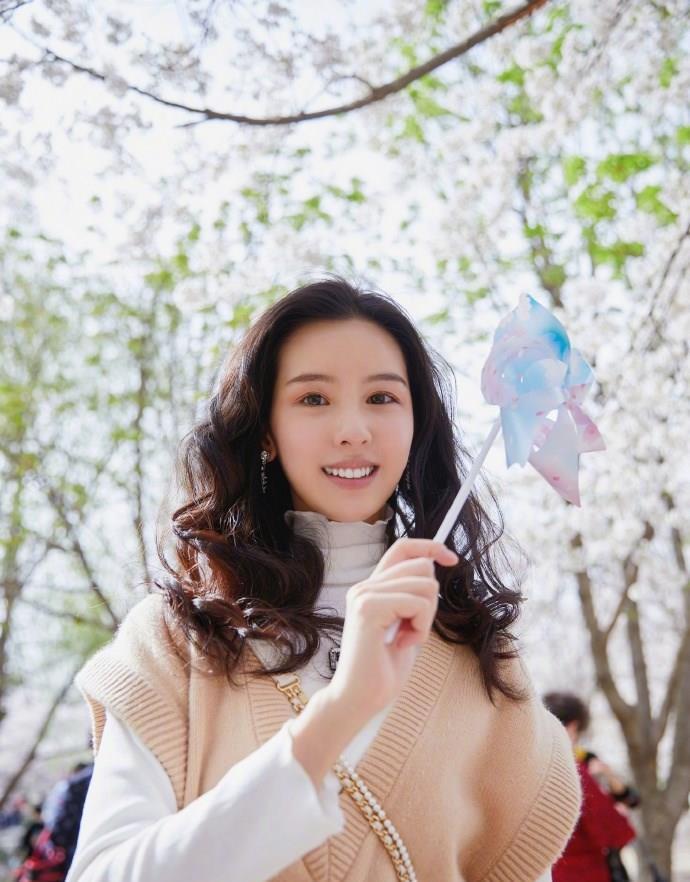 陈都灵春季出游装扮漂亮,白色高领衫毛衣清新温柔,非常甜美可人
