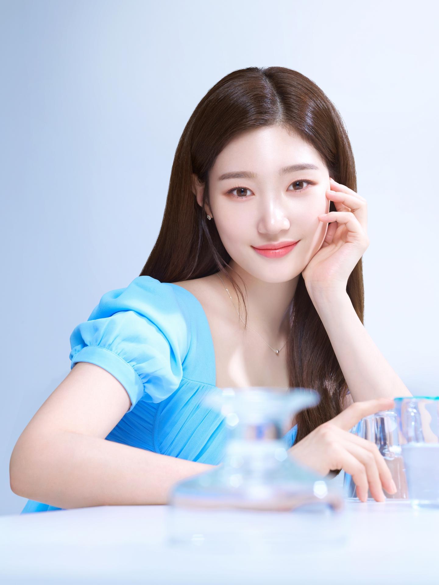 郑彩妍真的好看 自然妆容和多样姿势展现完美肌肤
