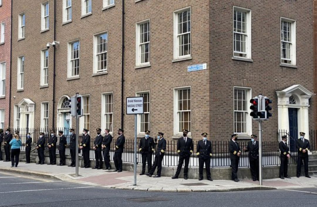 数十名飞行员在爱尔兰政府大楼外排队,警告该行业将有数千人失业