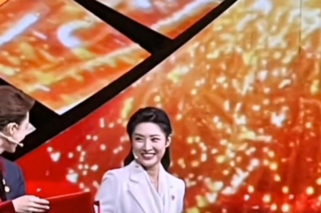 前央视一姐周涛再登台,与康辉海霞难得重聚,离职后演话剧做导演