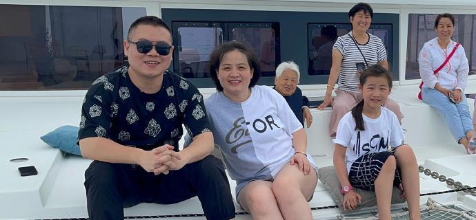 德云社大封箱后,岳云鹏带家人出海游玩,嫂子郑敏霸气表示过年了