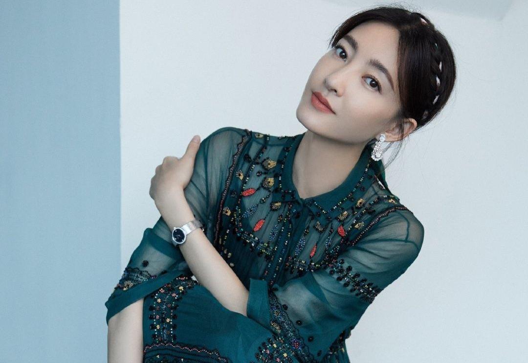 王丽坤气质绝了,墨绿网纱裙高级又显女人味,八字刘海低发髻超赞