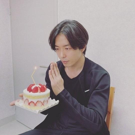 金材昱公开自己生日时拿蛋糕的照片 向粉丝们表示感谢