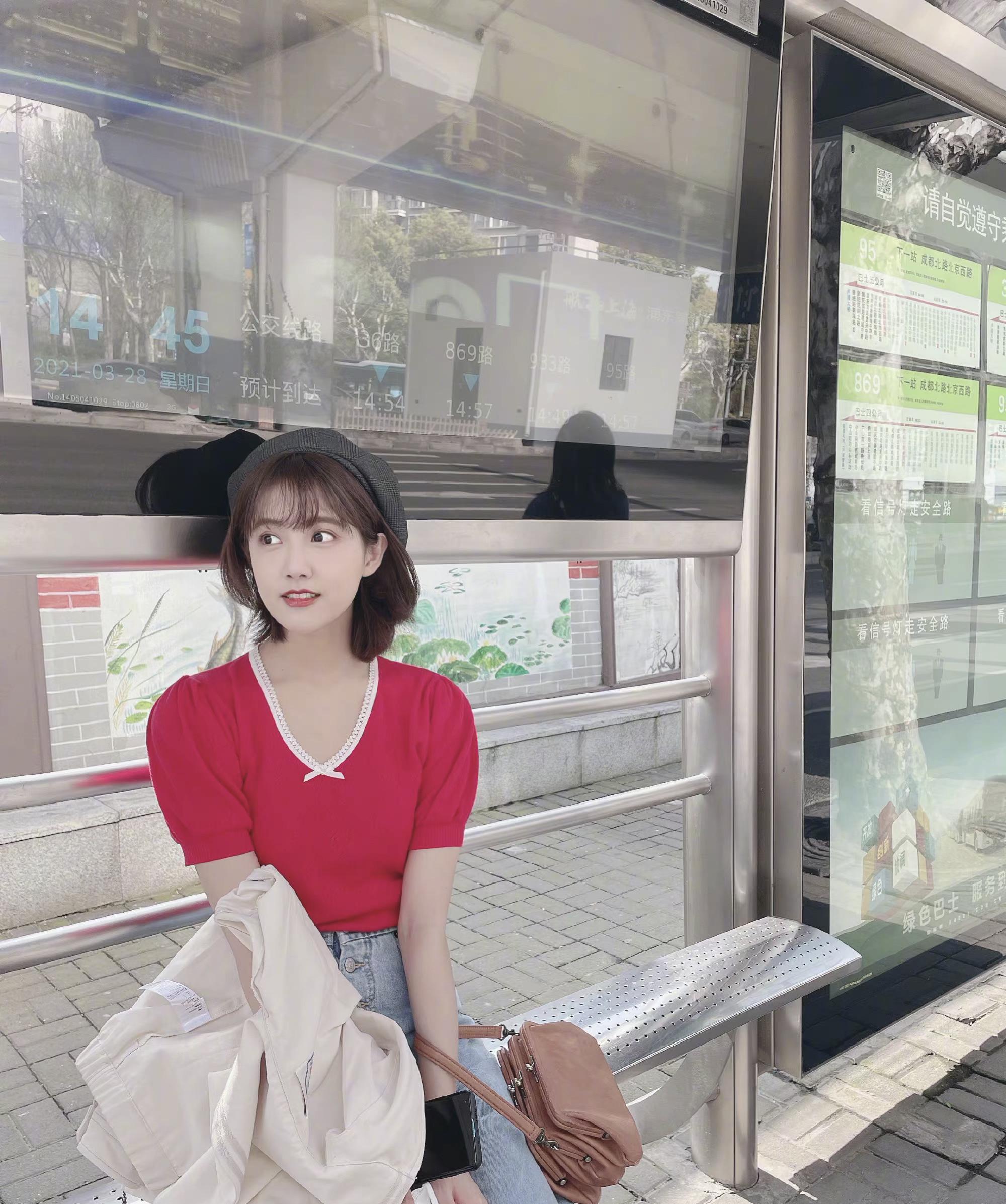 李艺彤离开《欢乐喜剧人》秀日常,日系打扮淡雅,泡泡袖愈发可爱