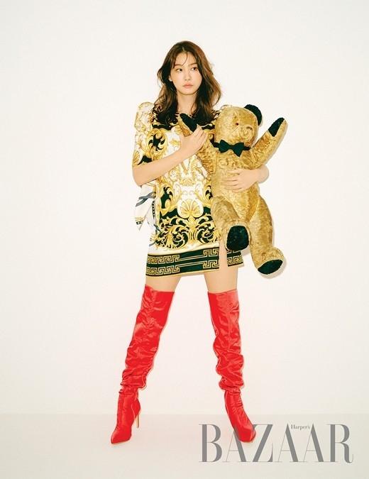 柳仁英露出修长的美腿 写真中展现的连衣裙造型引人注目