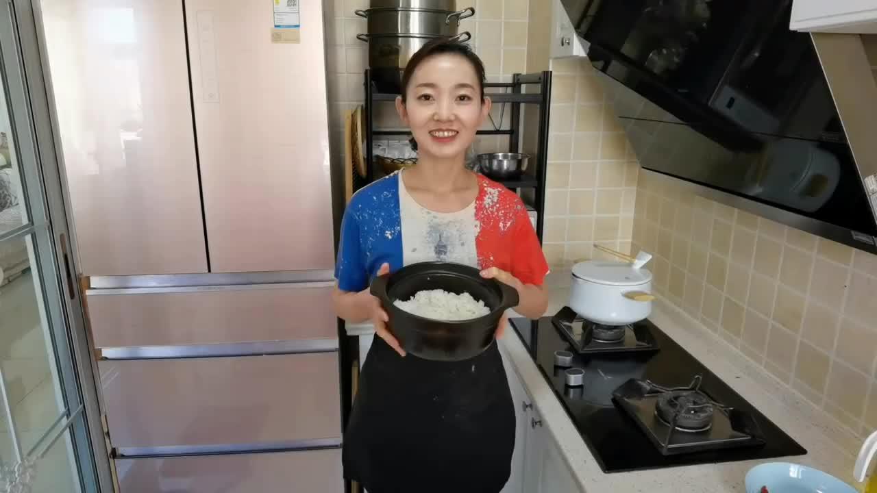我家剩米饭从不2次蒸,加1碗秘制酱料,简单一拌,每次都光盘,香