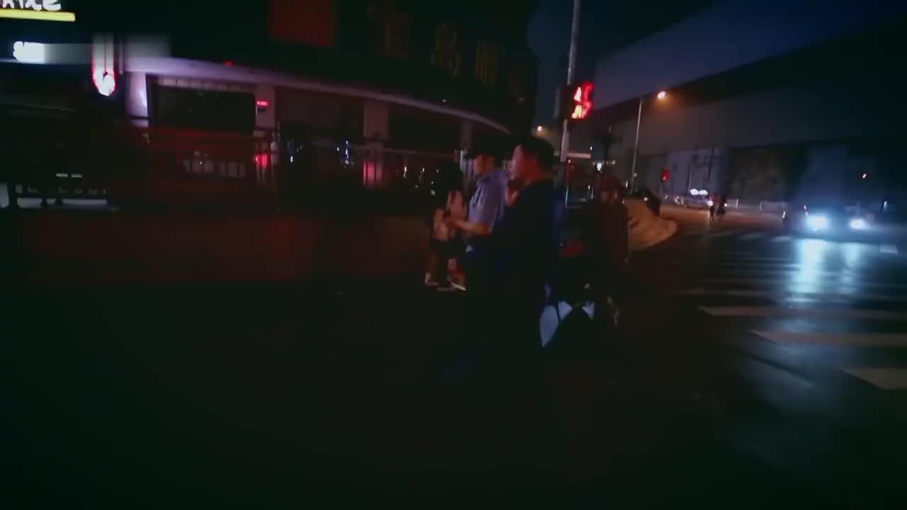 奇葩男子醉酒躺在车底下,把马路当床,司机师傅无奈报警