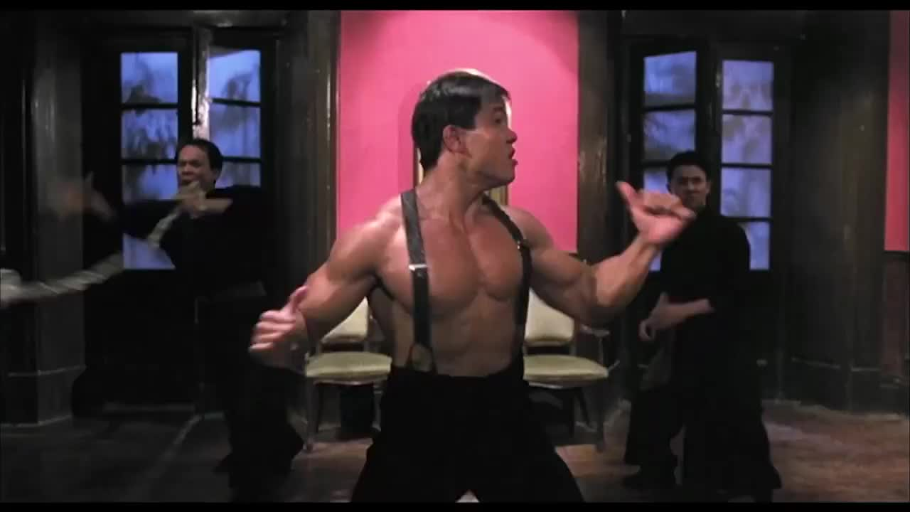 男子的肌肉不是白练的,四个壮汉加四条上百斤的铁链,都困不住他
