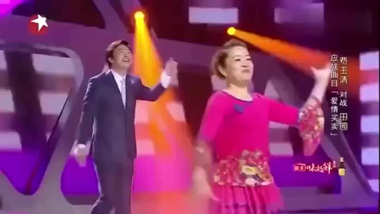 费玉清翻唱《爱情买卖》,大妈跳广场舞伴舞,画面太和谐了