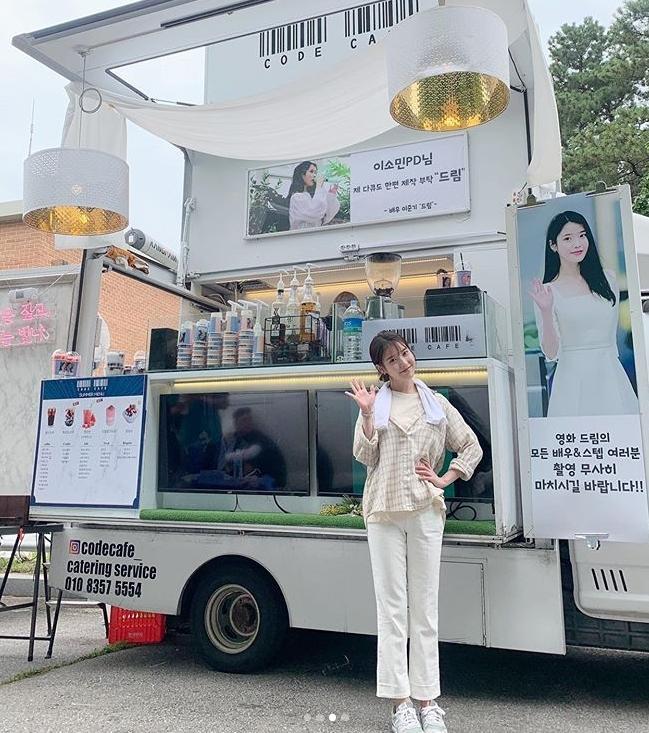 李准基对IU送咖啡车支持IU新片《Dream》 好朋友够意思