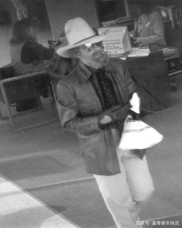 莉莉·詹姆斯出演真实存在的男装银行强盗《佩吉·乔》