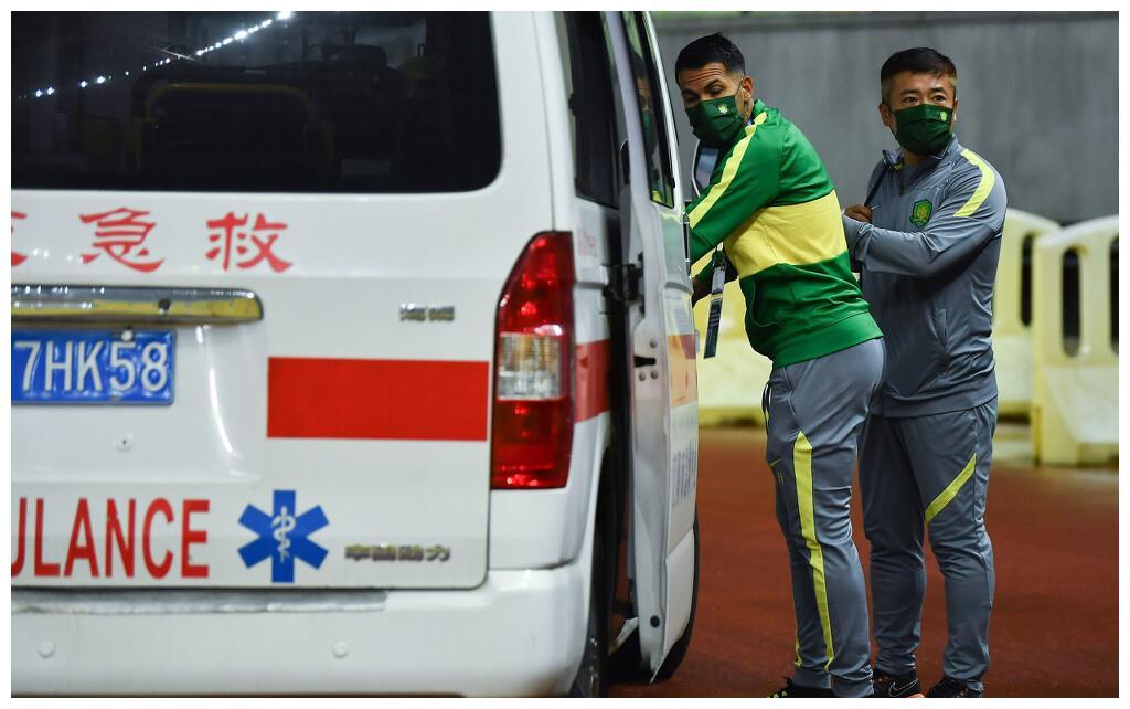 揭秘比埃拉伤情:将提前离开赛区回北京检查 昨天还到球场晒太阳