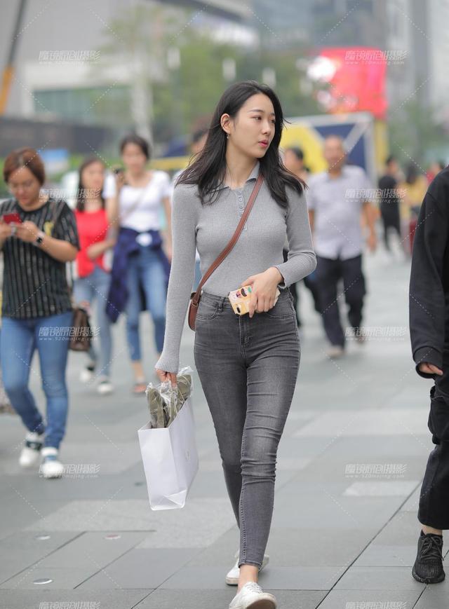 街拍美女,黑色牛仔裤小姐姐,灰色针织长袖T恤非常耐看!
