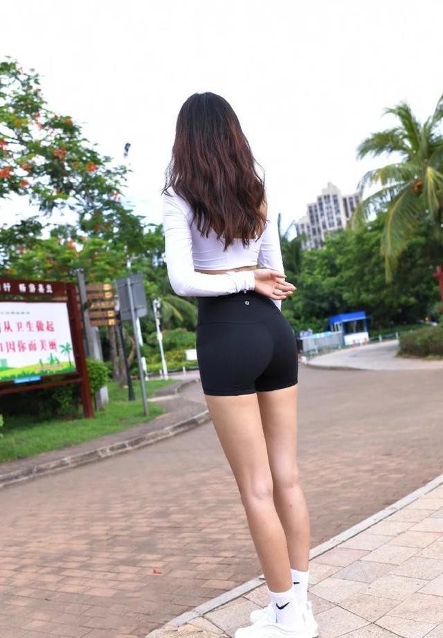 超级清凉的运动装备,贴身运动短裤搭配短款露脐T恤,轻装前行!