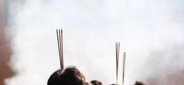 不管拜神还是祭祖的时候,中国人的传统都是焚香,原因为何?