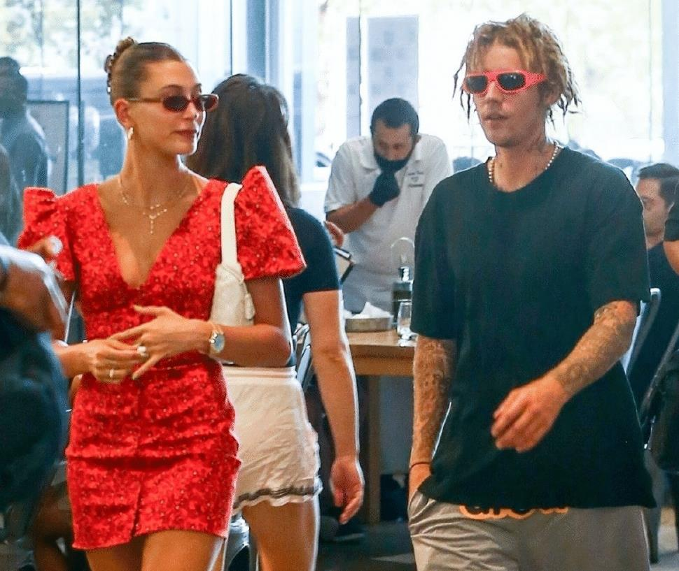 比伯夫妇逛街超腻歪,2人粘得像连体婴,海莉穿深V短裙身材超辣