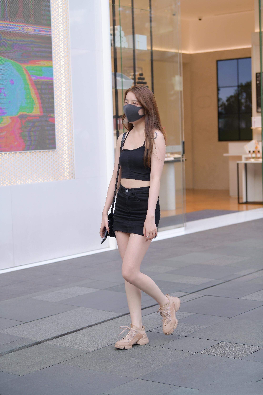 黑色吊带背心搭配半身裙,简洁大方,又显气质时髦,美感扑面而来